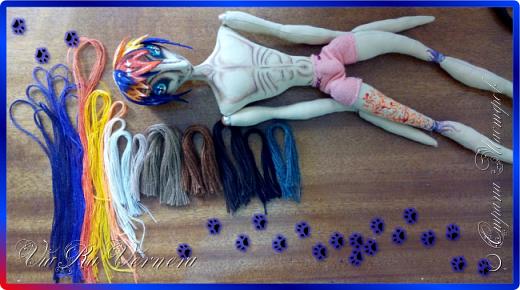 Доброго времени суток, сегодня расскажу вам одну историю ;) Захотелось как-то мне создать куклу с элементами аниме-стиля (для этого был выбран образ Кицуне — Девятихвостого Лиса), в особенности сделать похожими волосы. Обычно я их делаю из шерстяного мулине или из шерсти, редко использую синтетические парики. Но не один из доступных материалов мне не нравился: шерсть… она запутается если долго теребить прическу (вспоминаю Утену), мулине? А как из них сделать аниме-пряди? Клеем? Нет, такой способ мне тоже не подходит… про парик уж нечего говорить: он и без того слишком не послушный, за это я и не люблю синтетические волосы.  Не найдя ответ на свой вопрос, я обратилась к интернету: стала искать кукол в аниме-стиле, особенно мне хотелось найти текстильных. Но и интернет оказался не богат: на мой запрос попадались в основном корейски текстильные барби (тряпиенсы), и то волосы у них были из ниток или парика. Но кое-что меня все таки заинтересовало: куклы-чибики. У них были волосы из фетра. И тут я вспомнила о завалявшимся у меня в полке еще с Нового года фетре… на ярмарку я хотела сделать петушков из фетра, год огненного петуха же, но они не пользовались спросом и идея маленьких игрушек из фетра была заброшена как и сам фетр. Что же, видимо настало время о нем вспомнить.   Немного помучавшись, ведь фетр совсем не охотно краситься, получился весьма интересный результат… Имея опыт работы с фетром, волосы я приклеила клеем «Титан». Фетр намного охотнее клеиться, чем пришивается. Получилось красиво. Может оставить так? И тут мысль: «Ну что же, эксперимент, так эксперимент!» — я решила добавить в прическу шерстяное мулине. И… На мой взгляд такое необычное сочетание оказалось весьма удачным, думаю я буду использовать его в своих будущих работах.   Я не знала какой получиться результат: очевидно было лишь одно, он должен быть очень интересный, поэтому все этапы работы были сфотографированы и собран небольшой мастер-класс эксперимент, что же, смотрим ;)  фото 16