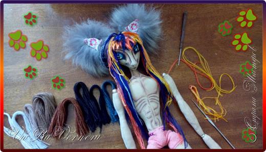 Доброго времени суток, сегодня расскажу вам одну историю ;) Захотелось как-то мне создать куклу с элементами аниме-стиля (для этого был выбран образ Кицуне — Девятихвостого Лиса), в особенности сделать похожими волосы. Обычно я их делаю из шерстяного мулине или из шерсти, редко использую синтетические парики. Но не один из доступных материалов мне не нравился: шерсть… она запутается если долго теребить прическу (вспоминаю Утену), мулине? А как из них сделать аниме-пряди? Клеем? Нет, такой способ мне тоже не подходит… про парик уж нечего говорить: он и без того слишком не послушный, за это я и не люблю синтетические волосы.  Не найдя ответ на свой вопрос, я обратилась к интернету: стала искать кукол в аниме-стиле, особенно мне хотелось найти текстильных. Но и интернет оказался не богат: на мой запрос попадались в основном корейски текстильные барби (тряпиенсы), и то волосы у них были из ниток или парика. Но кое-что меня все таки заинтересовало: куклы-чибики. У них были волосы из фетра. И тут я вспомнила о завалявшимся у меня в полке еще с Нового года фетре… на ярмарку я хотела сделать петушков из фетра, год огненного петуха же, но они не пользовались спросом и идея маленьких игрушек из фетра была заброшена как и сам фетр. Что же, видимо настало время о нем вспомнить.   Немного помучавшись, ведь фетр совсем не охотно краситься, получился весьма интересный результат… Имея опыт работы с фетром, волосы я приклеила клеем «Титан». Фетр намного охотнее клеиться, чем пришивается. Получилось красиво. Может оставить так? И тут мысль: «Ну что же, эксперимент, так эксперимент!» — я решила добавить в прическу шерстяное мулине. И… На мой взгляд такое необычное сочетание оказалось весьма удачным, думаю я буду использовать его в своих будущих работах.   Я не знала какой получиться результат: очевидно было лишь одно, он должен быть очень интересный, поэтому все этапы работы были сфотографированы и собран небольшой мастер-класс эксперимент, что же, смотрим ;)  фото 21