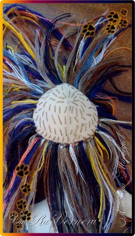 Доброго времени суток, сегодня расскажу вам одну историю ;) Захотелось как-то мне создать куклу с элементами аниме-стиля (для этого был выбран образ Кицуне — Девятихвостого Лиса), в особенности сделать похожими волосы. Обычно я их делаю из шерстяного мулине или из шерсти, редко использую синтетические парики. Но не один из доступных материалов мне не нравился: шерсть… она запутается если долго теребить прическу (вспоминаю Утену), мулине? А как из них сделать аниме-пряди? Клеем? Нет, такой способ мне тоже не подходит… про парик уж нечего говорить: он и без того слишком не послушный, за это я и не люблю синтетические волосы.  Не найдя ответ на свой вопрос, я обратилась к интернету: стала искать кукол в аниме-стиле, особенно мне хотелось найти текстильных. Но и интернет оказался не богат: на мой запрос попадались в основном корейски текстильные барби (тряпиенсы), и то волосы у них были из ниток или парика. Но кое-что меня все таки заинтересовало: куклы-чибики. У них были волосы из фетра. И тут я вспомнила о завалявшимся у меня в полке еще с Нового года фетре… на ярмарку я хотела сделать петушков из фетра, год огненного петуха же, но они не пользовались спросом и идея маленьких игрушек из фетра была заброшена как и сам фетр. Что же, видимо настало время о нем вспомнить.   Немного помучавшись, ведь фетр совсем не охотно краситься, получился весьма интересный результат… Имея опыт работы с фетром, волосы я приклеила клеем «Титан». Фетр намного охотнее клеиться, чем пришивается. Получилось красиво. Может оставить так? И тут мысль: «Ну что же, эксперимент, так эксперимент!» — я решила добавить в прическу шерстяное мулине. И… На мой взгляд такое необычное сочетание оказалось весьма удачным, думаю я буду использовать его в своих будущих работах.   Я не знала какой получиться результат: очевидно было лишь одно, он должен быть очень интересный, поэтому все этапы работы были сфотографированы и собран небольшой мастер-класс эксперимент, что же, смотрим ;)  фото 22