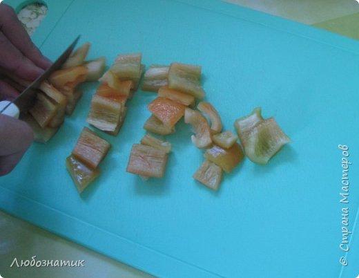 """Здравствуйте мои дорогие! Всех очень рада видеть на своей страничке!!! Сегодня хочу с вами поделиться ещё одним рецептом: """"Маринованный болгарский перец"""". Рецепт очень удачный, рекомендую! Зимой так приятно кушать с любыми вторыми блюдами, либо использовать как закуску (салат)  Продукты:   - болгарский перец (у меня 1 кг перца помещается в две банки объемом 700 мл)  На дно одной банки:  - 3 зубчика чеснока -1 лавровый лист -зонтик укропа -пучок свежей петрушки  Рассол на 1 литр воды: соль - 1,5 столовые ложки сахар - 0,5 стакана (объем стакана 200 мл)  Перед закатыванием добавить 70 % уксусной кислоты - 1 чайную ложку на 1 банку фото 16"""