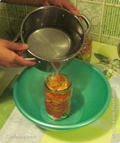 """Здравствуйте мои дорогие! Всех очень рада видеть на своей страничке!!! Сегодня хочу с вами поделиться ещё одним рецептом: """"Маринованный болгарский перец"""". Рецепт очень удачный, рекомендую! Зимой так приятно кушать с любыми вторыми блюдами, либо использовать как закуску (салат)  Продукты:   - болгарский перец (у меня 1 кг перца помещается в две банки объемом 700 мл)  На дно одной банки:  - 3 зубчика чеснока -1 лавровый лист -зонтик укропа -пучок свежей петрушки  Рассол на 1 литр воды: соль - 1,5 столовые ложки сахар - 0,5 стакана (объем стакана 200 мл)  Перед закатыванием добавить 70 % уксусной кислоты - 1 чайную ложку на 1 банку фото 28"""