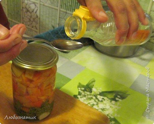 """Здравствуйте мои дорогие! Всех очень рада видеть на своей страничке!!! Сегодня хочу с вами поделиться ещё одним рецептом: """"Маринованный болгарский перец"""". Рецепт очень удачный, рекомендую! Зимой так приятно кушать с любыми вторыми блюдами, либо использовать как закуску (салат)  Продукты:   - болгарский перец (у меня 1 кг перца помещается в две банки объемом 700 мл)  На дно одной банки:  - 3 зубчика чеснока -1 лавровый лист -зонтик укропа -пучок свежей петрушки  Рассол на 1 литр воды: соль - 1,5 столовые ложки сахар - 0,5 стакана (объем стакана 200 мл)  Перед закатыванием добавить 70 % уксусной кислоты - 1 чайную ложку на 1 банку фото 38"""