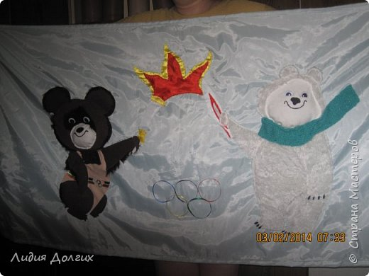 К Сочинской олимпиаде в садике каждая группа делала какую-нибудь работу. Наши воспитатели дали мне большой кусок голубой ткани и попросили придумать что-нибудь на тему олимпиады. Идея родилась почти сразу - осталось только оформить её на ткани. фото 2