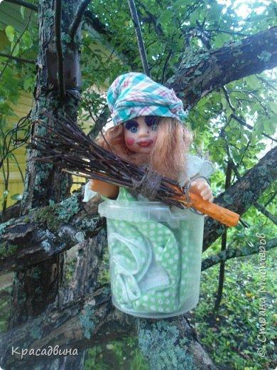 Вот такая молодая и красивая Баба Яга в ступе приземлилась в саду на яблоне)