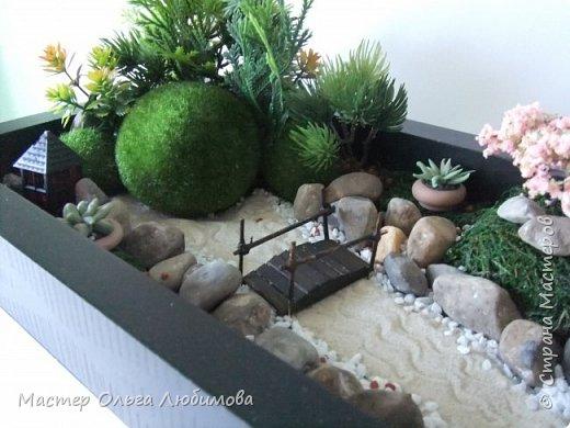 Япония всегда привлекала и привлекает своей таинственной мудростью. Религия и философия пронизывают все сферы культурной жизни этой страны. А японский стиль в дизайне садов сразу зачаровывает своей неповторимой самобытностью и вызывает желание создать такой загадочный уголок природы. За кажущейся простотой форм и порой легкой небрежностью кроется глубокий смысл. Камни, вода, растения и вспомогательные архитектурные формы -вот составляющая японского сада. Камень-это олицетворение покоя, стабильности и силы. Вода- женское начало, энергия, течение жизни и времени. Мостик и дорожки- движение по жизненному пути и переход между жизненными этапами. И с какой бы стороны, под каким углом  вы бы не смотрели на японский сад, каждый раз будут открывать все новые и новые картины, пейзажи и, соответственно, мысли и чувства. фото 2