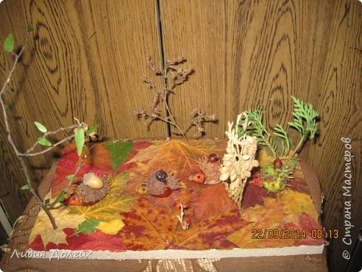 Эта ветка розочек сделана из берёзовой веточки, засушенных листочков и окрашенных гуашью шишек лиственницы. Всё наклеено на плотный картон. фото 8