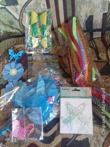 Вот такими подарочками меня порадовала Галина http://stranamasterov.ru/user/384468. В такой маленькой коробочке, а столько всего!!! От подарочков я в полном Восторге! Приготовьтесь фото будет много... фото 12