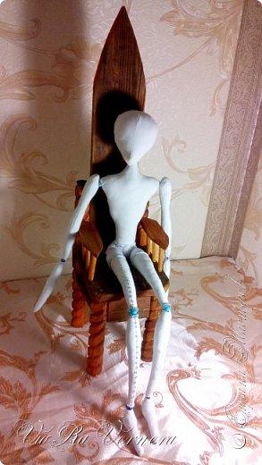 Кукольная мебель.  Я долго думала на счет того, как же размещать моих кукол , ну… например в интерьере? Ведь текстильные шарнирные куклы самостоятельно не стоят а сидят без опоры очень не охотно. Очевидный вариант: моим куклам нужна подставка. Первым опытом стала подставка-дерево из папье маше для куклы Порождение Тени, не плохой вариант, но папье-маше выглядит как-то не солидно и даже немного по-детски как его не закрашивай акриловыми красками. Дерево неплохо вписалось в образ куклы, но не всем подойдут столь пышные и объемные подставки. Делать обычные? как например для интерьерных кукол или БЖД? Мне не нравиться как смотрится проволока обхватывающая талию куклы. Текстильные куклы не стоят, но хоть не много но сидят…  Решено! Моим куклам нужно что-то на чем можно сидеть: стулья, кресла, диваны, троны. Но из чего их сделать? Картон с папье-маше? Слишком хрупко и не надежно. Я даже попробовала собрать каркас трона из поликарбоната (из него делают парники, крыши беседок), мне показалось что он должен быть прочнее и массивнее картона, но получилось хлипко… Спинка постоянно отваливалась, клеился и скреплялся поликарбонат очень плохо. Из чего делают обыкновенную мебель — из дерева. Так почему бы не попробовать сделать из дерева и кукольную. Так и появился первый трон. Каркас мне немного помогли собрать, но большую часть делала сама. Промежуточный результат порадовал: прочный, кукла сидит прекрасно. Что же, теперь только практика, но тут уж я себя нашла, для своих кукол буду делать именно деревянную мебель.  фото 1