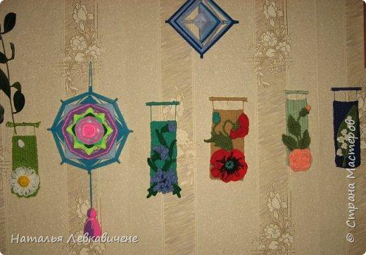 """Мои мини гобелены сотканы вручную и украшены цветами, связанными крючком. Мандала с кисточкой и вверху """"Глаз Бога"""" фото 1"""