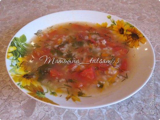 А не съесть ли нам супчика? Лето, значит, суп должен быть летним, легким, – пожалуйста – томатный суп с насыщенным вкусом (не гаспаччо!). Естественно, это блюдо только для тех, кто не возражает против вареных/тушеных помидоров. Придумала я его сама (в чем-то навеяно было воспоминаниями о шурпе) и хочу предложить вам.  фото 9