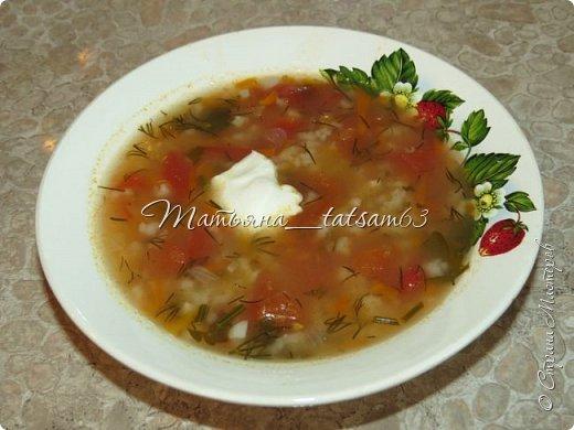 А не съесть ли нам супчика? Лето, значит, суп должен быть летним, легким, – пожалуйста – томатный суп с насыщенным вкусом (не гаспаччо!). Естественно, это блюдо только для тех, кто не возражает против вареных/тушеных помидоров. Придумала я его сама (в чем-то навеяно было воспоминаниями о шурпе) и хочу предложить вам.  фото 1