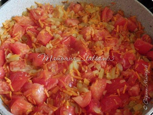 А не съесть ли нам супчика? Лето, значит, суп должен быть летним, легким, – пожалуйста – томатный суп с насыщенным вкусом (не гаспаччо!). Естественно, это блюдо только для тех, кто не возражает против вареных/тушеных помидоров. Придумала я его сама (в чем-то навеяно было воспоминаниями о шурпе) и хочу предложить вам.  фото 5