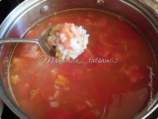 А не съесть ли нам супчика? Лето, значит, суп должен быть летним, легким, – пожалуйста – томатный суп с насыщенным вкусом (не гаспаччо!). Естественно, это блюдо только для тех, кто не возражает против вареных/тушеных помидоров. Придумала я его сама (в чем-то навеяно было воспоминаниями о шурпе) и хочу предложить вам.  фото 6