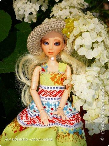Вот такой летний сарафанчик я сшила моей любимой куколке Ассоль. Я использовала две разные ткани и тесьму с рисунком. фото 1