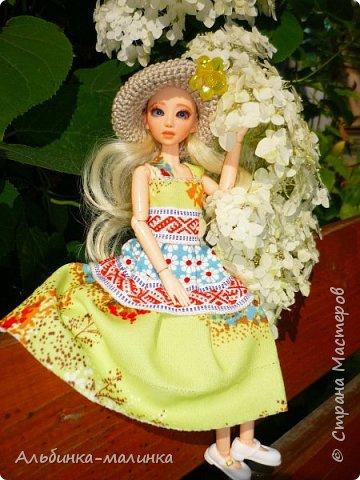 Вот такой летний сарафанчик я сшила моей любимой куколке Ассоль. Я использовала две разные ткани и тесьму с рисунком. фото 2