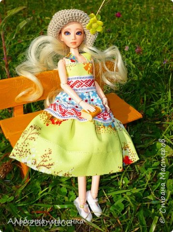 Вот такой летний сарафанчик я сшила моей любимой куколке Ассоль. Я использовала две разные ткани и тесьму с рисунком. фото 3