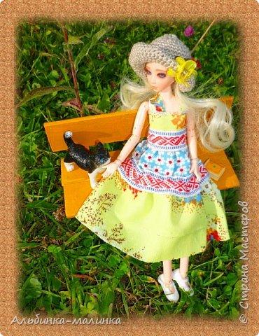 Вот такой летний сарафанчик я сшила моей любимой куколке Ассоль. Я использовала две разные ткани и тесьму с рисунком. фото 4