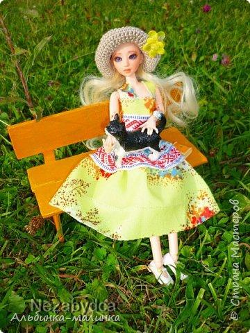 Вот такой летний сарафанчик я сшила моей любимой куколке Ассоль. Я использовала две разные ткани и тесьму с рисунком. фото 5