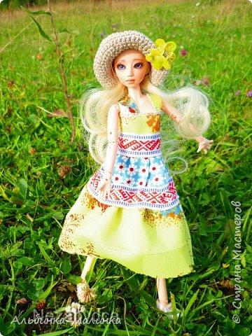 Вот такой летний сарафанчик я сшила моей любимой куколке Ассоль. Я использовала две разные ткани и тесьму с рисунком. фото 6