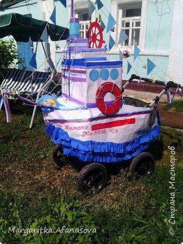 Здравствуйте, дорогие мастера и мастерицы! Пару дней назад в нашем селе впервые прошел парад детского транспорта, посвященный празднованию Дня малой Родины. я конечно же решила подготовиться-использовала очень бюджетный вариант-обои,скотч и картонные коробки-получился корабль для нашего 4-месячного Матвея. фото 1