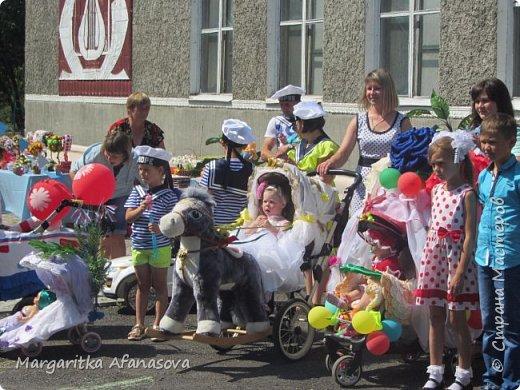 Здравствуйте, дорогие мастера и мастерицы! Пару дней назад в нашем селе впервые прошел парад детского транспорта, посвященный празднованию Дня малой Родины. я конечно же решила подготовиться-использовала очень бюджетный вариант-обои,скотч и картонные коробки-получился корабль для нашего 4-месячного Матвея. фото 9
