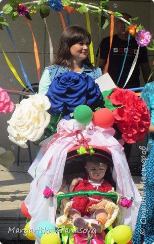 Здравствуйте, дорогие мастера и мастерицы! Пару дней назад в нашем селе впервые прошел парад детского транспорта, посвященный празднованию Дня малой Родины. я конечно же решила подготовиться-использовала очень бюджетный вариант-обои,скотч и картонные коробки-получился корабль для нашего 4-месячного Матвея. фото 10