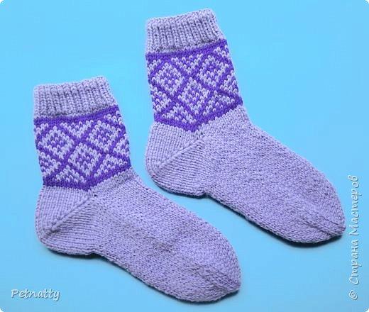 Навязала за лето немного носков. Вяжу простыми рисунками, чтобы не нужно было всё время переворачивать нити и прятать протяжки. фото 2