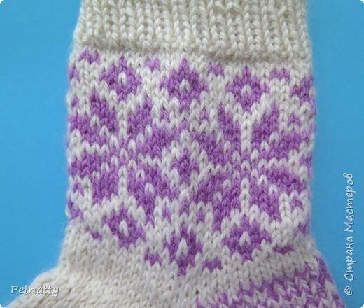 Навязала за лето немного носков. Вяжу простыми рисунками, чтобы не нужно было всё время переворачивать нити и прятать протяжки. фото 13