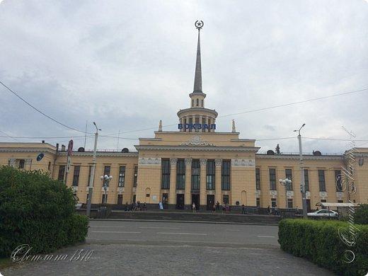 В этом году исполнилась ещё одна моя мечта. Я побывала в Карелии. Петрозаводск встретил проливным дождём. Но тучка пролетела и выглянуло солнышко, которое не покидало небо всё время, пока мы путешествовали по Карелии.  Это вокзал в Петрозаводске.  фото 1