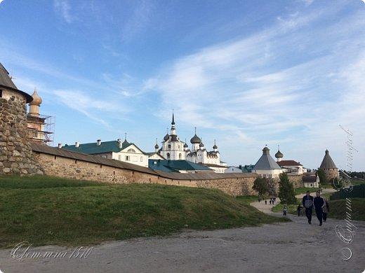 В этом году исполнилась ещё одна моя мечта. Я побывала в Карелии. Петрозаводск встретил проливным дождём. Но тучка пролетела и выглянуло солнышко, которое не покидало небо всё время, пока мы путешествовали по Карелии.  Это вокзал в Петрозаводске.  фото 31