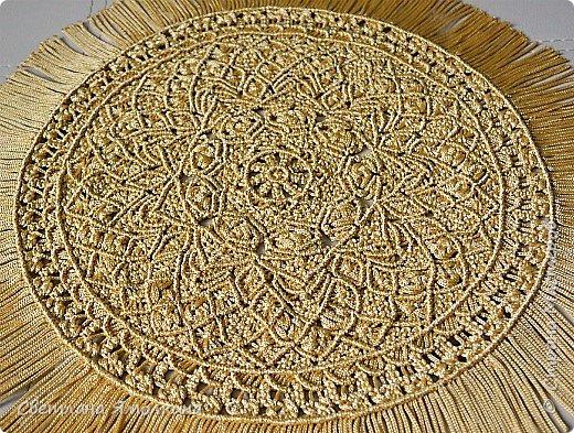 Здравствуйте, дорогие жители СМ! Я к вам с новой работой. Салфеточка из пряжи Macrame YarnArt, цвет пряжи золотой, узор придумывала по ходу плетения. Фотографировать тяжело пряжа блестит, поэтому цвет на фотографиях икскажен. фото 1