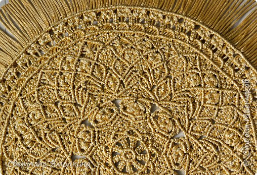 Здравствуйте, дорогие жители СМ! Я к вам с новой работой. Салфеточка из пряжи Macrame YarnArt, цвет пряжи золотой, узор придумывала по ходу плетения. Фотографировать тяжело пряжа блестит, поэтому цвет на фотографиях икскажен. фото 3