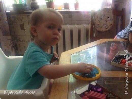 """Младшему сыночку очень нравится серия про рыбу Барри из мульт сериала """"Маленькое королевство Бена и Холли"""". И вот пришла идея сделать такую картинку рыбы из пластелина со своими детишками! :)  фото 3"""