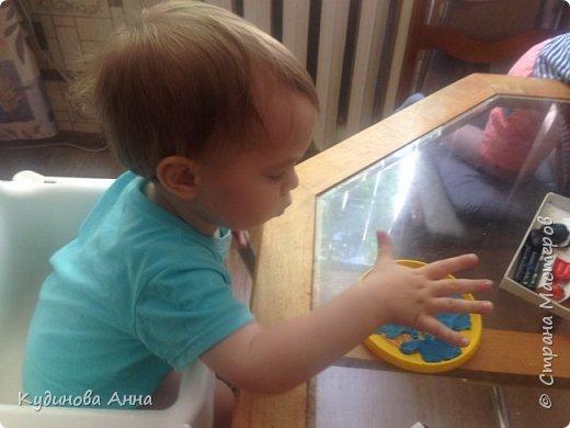 """Младшему сыночку очень нравится серия про рыбу Барри из мульт сериала """"Маленькое королевство Бена и Холли"""". И вот пришла идея сделать такую картинку рыбы из пластелина со своими детишками! :)  фото 2"""