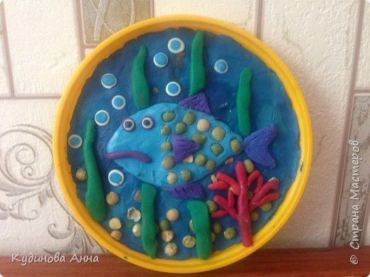"""Младшему сыночку очень нравится серия про рыбу Барри из мульт сериала """"Маленькое королевство Бена и Холли"""". И вот пришла идея сделать такую картинку рыбы из пластелина со своими детишками! :)  фото 1"""