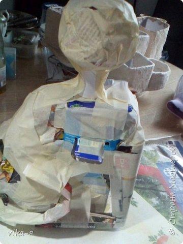 это готовое изделие, кот копилка, первая работа с копилкой, так сказать премьера. Котик размером с обычную живую кошку.Высота 35 см. Итак, начинаем работу: запасаемся пустыми лотками из под яиц, пустыми тетрапаками, у меня из под молока, клей для творчества или ПВА, шпатлёвка. фото 3
