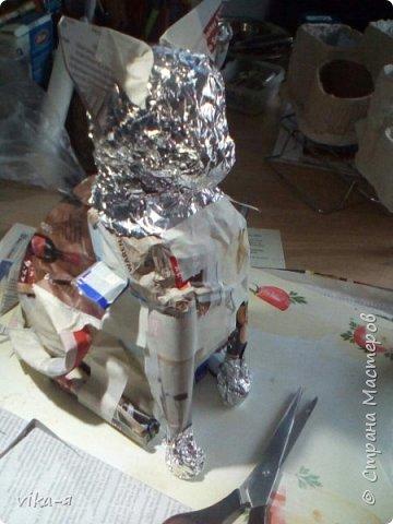 это готовое изделие, кот копилка, первая работа с копилкой, так сказать премьера. Котик размером с обычную живую кошку.Высота 35 см. Итак, начинаем работу: запасаемся пустыми лотками из под яиц, пустыми тетрапаками, у меня из под молока, клей для творчества или ПВА, шпатлёвка. фото 6
