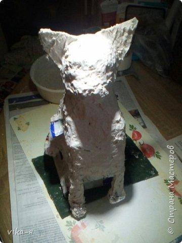 это готовое изделие, кот копилка, первая работа с копилкой, так сказать премьера. Котик размером с обычную живую кошку.Высота 35 см. Итак, начинаем работу: запасаемся пустыми лотками из под яиц, пустыми тетрапаками, у меня из под молока, клей для творчества или ПВА, шпатлёвка. фото 7