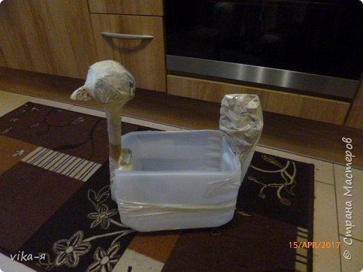 Подружка хотела вазу в сад в форме курицы, хотела купить, но не нашла нигде. Вот я и пообещала ей сделать курицу эту.Взяла 10-ти литровую пластиковую канистру, купила цемент и песок.Никогда этим не занималась, но было интересно сделать. фото 2