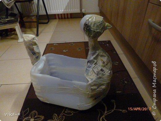 Подружка хотела вазу в сад в форме курицы, хотела купить, но не нашла нигде. Вот я и пообещала ей сделать курицу эту.Взяла 10-ти литровую пластиковую канистру, купила цемент и песок.Никогда этим не занималась, но было интересно сделать. фото 3