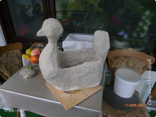 Подружка хотела вазу в сад в форме курицы, хотела купить, но не нашла нигде. Вот я и пообещала ей сделать курицу эту.Взяла 10-ти литровую пластиковую канистру, купила цемент и песок.Никогда этим не занималась, но было интересно сделать. фото 5
