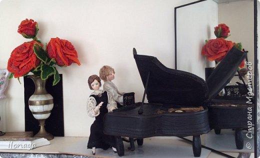 Давно хотела сделать рояль .Выкроила из картонной коробки и обтянула кожей.Получился старый рояль,немножко потертый. фото 9