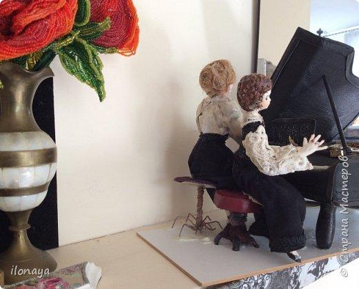 Давно хотела сделать рояль .Выкроила из картонной коробки и обтянула кожей.Получился старый рояль,немножко потертый. фото 10
