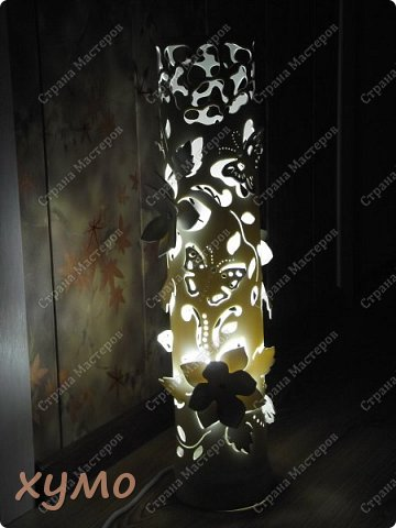 Здравствуйте, вечные странники в мире рукоделия. Я к вам с еще одной моей работой- настольным светильником, который вполне мог-бы стать и напольным, т.к. высота его 55 см. Окрашен он в цвет слоновой кости. Бабочки украшены полубусинами под жемчуг. Цветы наложены двумя слоями. Вообщем светильник забрали сразу, как увидели. Так что теперь он украшает чью-то комнату. фото 2