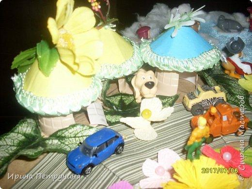 """Еще одна работа в стиле """"Мусор в дело"""". Чтоб игрушки из Киндер-сюрпризов не валялись где попало оформила я их в мини-город. Ну очень сказочный! фото 5"""