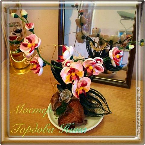 Орхидея- загадочный цветок. Природа поделилась с нами таким разнообразием форм и красок, что я долго собиралась с мыслями, что же выбрать для своей работы. Начала пробовать, постепенно скручивая и примеряя. фото 3