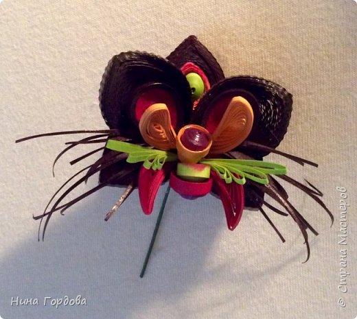 Орхидея- загадочный цветок. Природа поделилась с нами таким разнообразием форм и красок, что я долго собиралась с мыслями, что же выбрать для своей работы. Начала пробовать, постепенно скручивая и примеряя. фото 6