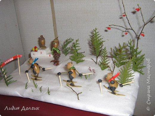 Вот таких лыжников сделали мы несколько лет назад , как новогоднюю поделку. Снег-упаковочный материал,ёлки - веточки туи, деревья - веточки, гроздья рябины - бисер, фото 2