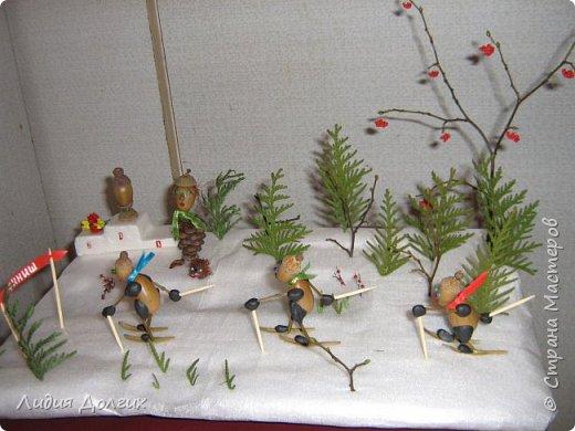 Вот таких лыжников сделали мы несколько лет назад , как новогоднюю поделку. Снег-упаковочный материал,ёлки - веточки туи, деревья - веточки, гроздья рябины - бисер, фото 3