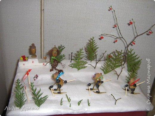 Вот таких лыжников сделали мы несколько лет назад , как новогоднюю поделку. Снег-упаковочный материал,ёлки - веточки туи, деревья - веточки, гроздья рябины - бисер, фото 1